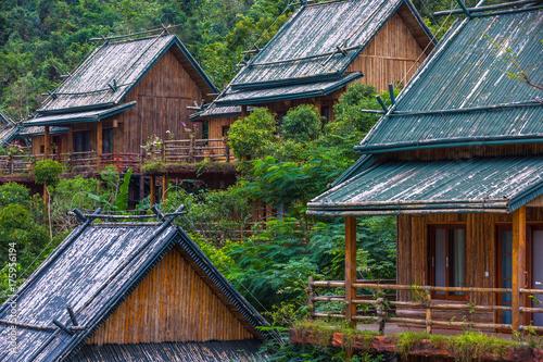 Zdjęcie XXL Drewniani bambusowi domy w dżungli. Sanya Li i Miao Village. Hainan, Chiny.