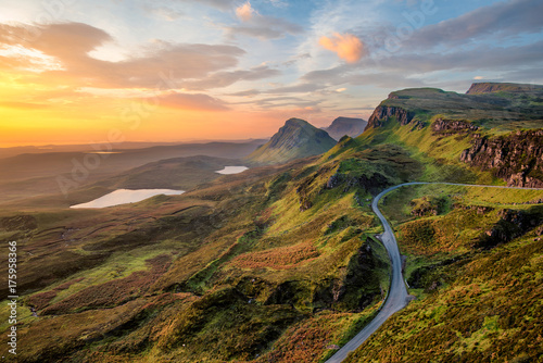 Photo Vibrant sunrise at Quiraing on the Isle of Skye, Scotland.