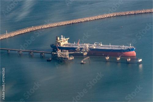 Plakat Widok z lotu ptaka zbiornikowiec do ropy przy portem Antifer w wontonie Morskim, Francja