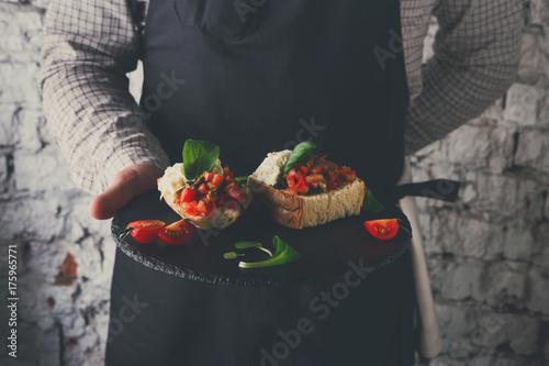 Plakat Kelner oferuje pyszne danie restauracja