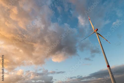Zdjęcie XXL turbiny wiatrowej przeciwko zachmurzone niebo słońca