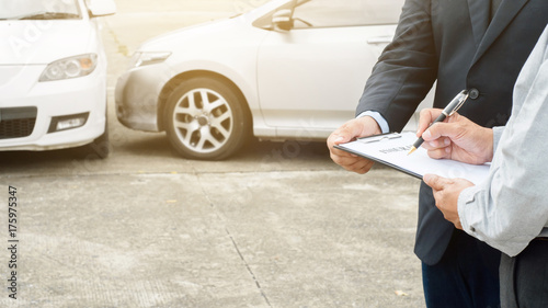 Fotografía  senior man and insurance agent claim process after car crash