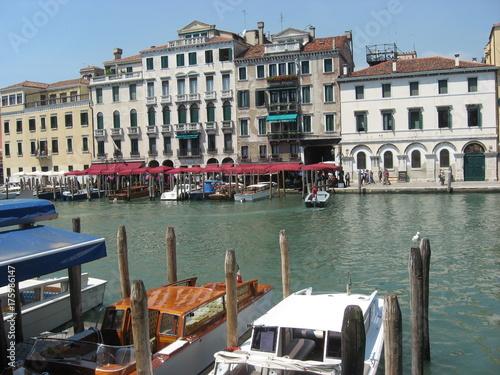 Plakat miasto na wodzie