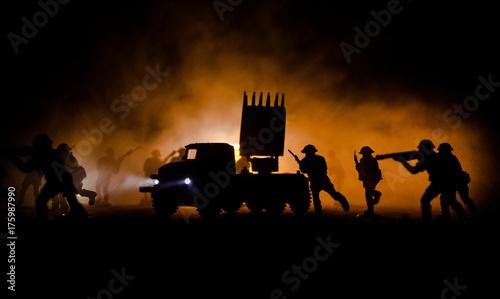 Fototapeta Start rakiety z chmurami ognia. Scena bitewna z rakietami Pociski z głowicą skierowana w Ponure Niebo nocą. Soldiers and Rockets War Backgound. Pomarańczowe niebo.