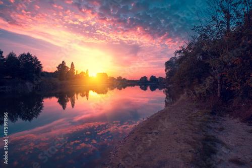 Plakat Wieczór nad jeziorem. Spokojne jezioro o zachodzie słońca. Wiejski krajobraz, mistyczne uczucie