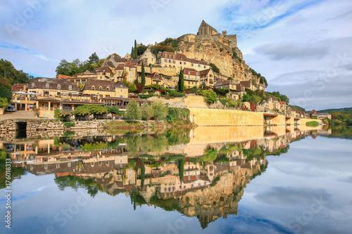 Plakat Piękny widok na Dordogne rzece i sławnej losu angeles Roque Gageac wiosce w Francja