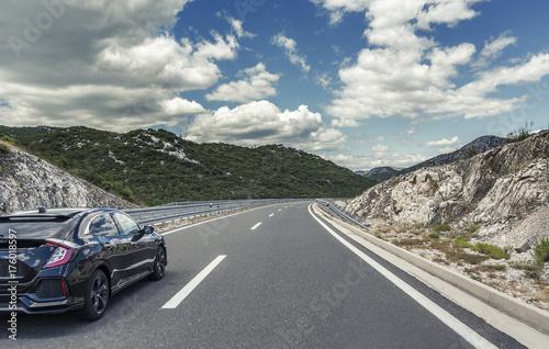 Fototapeta Samochód jedzie po autostradzie szybkiej.