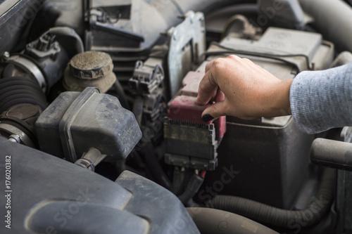 Zdjęcie XXL Dziewczyna dotyka terminali akumulatora samochodowego