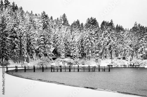 jezioro-tahoe-po-burzy-snieznej-w-czerni-i-bieli