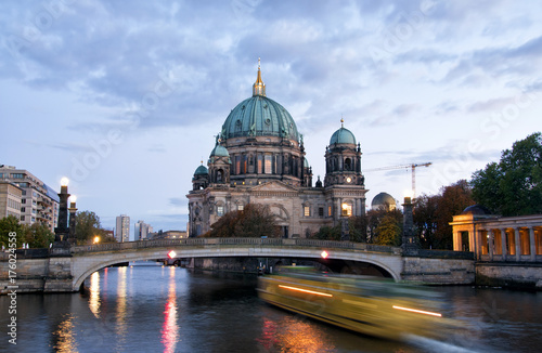 фотография  Berliner Dom (Berlin cathedral) over Spree river at night