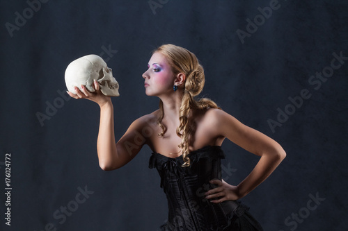 Photo Beautiful Hamlet holding skull Shakespeare halloween