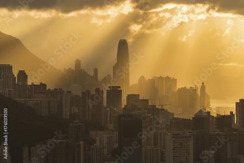 Obraz na dibondzie (fotoboard) Sylwetka linia horyzontu Hong Kong miasto z słońce promieniem pod zmierzchem