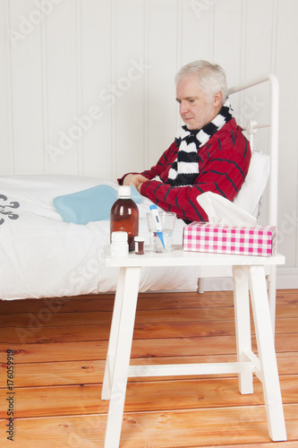 Photo Sick man sitting in bed