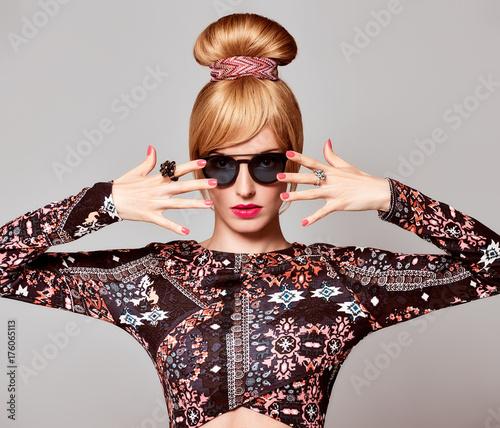 Plakat Moda portret. Młoda kobieta w okulary glamour, stylowa fryzura, moda jesień strój. Sexy Model Girl, Cheeky Emotion. Modny wygląd w stylu Glamour. Piękna Blond kobieta, mody poza