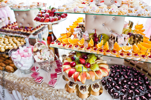 Fotomural Variety of sweet desserts with fruits and alcohol drinks on the wedding banquet