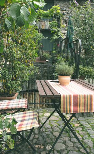 Petite terrasse dans jardin de maison d\'hote – kaufen Sie dieses ...