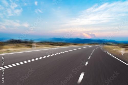 Fototapeta pusta asfaltowa droga z nowożytnym miastem blisko długiej rzeki