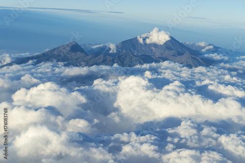 Zdjęcie XXL Widok na Rinjani wulkanu krateru dojechaniu z chmur od samolotu, Lombok, Indonezja