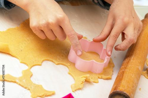 Zdjęcie XXL mała dziewczynka robi ciasteczko w kuchni