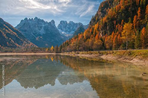 Plakat Jesieni sceneria Jeziorny Landro w dolomitów Alps, Włochy