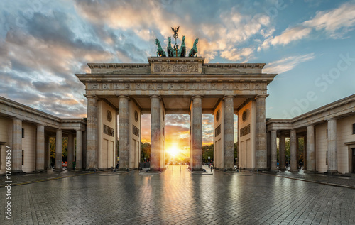 Spoed Foto op Canvas Berlijn Sonnenuntergang hinter dem Brandenburger Tor in Berlin, Deutschland