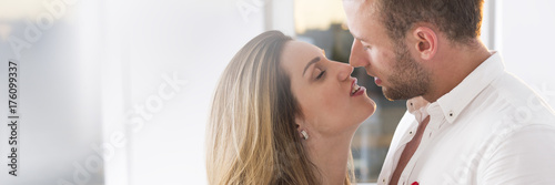 Photo Woman kissing man
