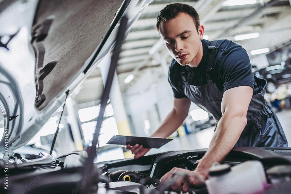 Fototapety, obrazy: Handsome auto service mechanic