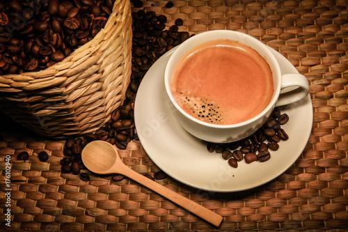 Spoed Foto op Canvas koffiebar Coffee with coffee beans bucket