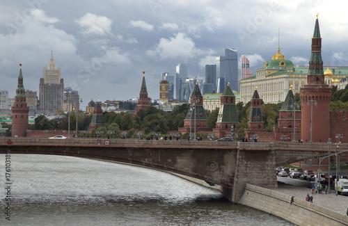 Plakat Rosja, Moskwa, widok na Kremlowskim pałac na przeciw chmurnemu niebu.