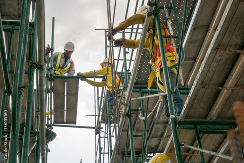 Fototapeta Civil engineer and safety officer in spec steel truss structure scaffolding risk