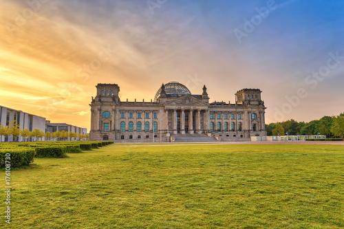 Zdjęcie XXL Berlińska wschodu słońca miasta linia horyzontu przy Reichstag (Niemiecki parlamentu budynek), Berlin, Niemcy
