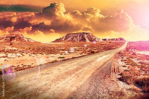 Zdjęcie XXL Piękny pustynny zmierzch i droga krajobraz. Zmierzch sceniczny. Podróże i przygody poprzez zdalny panoramiczny krajobraz pustyni