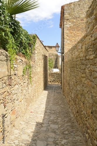 Spoed Foto op Canvas Smal steegje Narrow stone alley in Peratallada, Girona, Spain