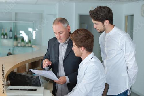 Plakat recepcjonistki męskie lokalizujące się przy kasie