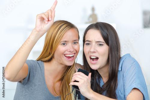 Plakat podekscytowani przyjaciele słuchają muzyki i śpiewu