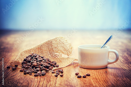 Canvas Prints Coffee beans grains de café avec une tasse blanche
