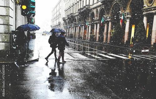 Photo  Neve sulla gente in strada nella città di torino