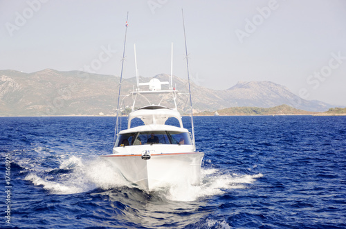 Foto op Aluminium Water Motor sporten The white motor boat flowing on the sea.