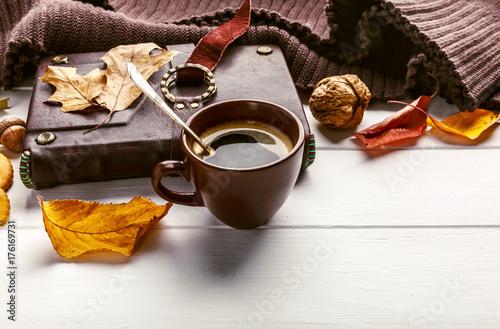 Zdjęcie XXL Jesień spadek wciąż życia filiżanki kawy liścia żółtej książki ciepły szalik