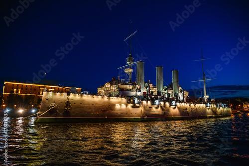 Plakat Rosyjski krążownik Aurora lub Avrora cruiser w Saint-Petersburg, Rosja. Muzealny statek w St Petersburg, widok od rzeki