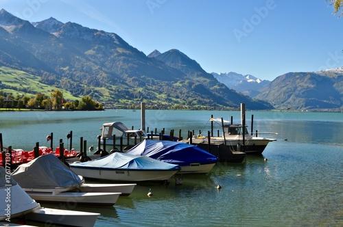 Plakat Łodzie w porcie w Sarnersee, w kantonie Obwalden ze szwajcarskimi górami w tle