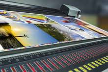 Offset Machine Press Print Run At Table, Fountain Key Control Unit With Colorimeter Measurement Correction