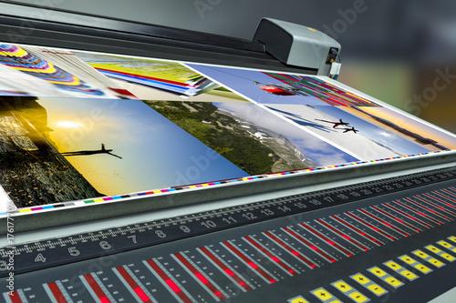 Fotografía  offset machine press print run at table, fountain key control unit with colorime