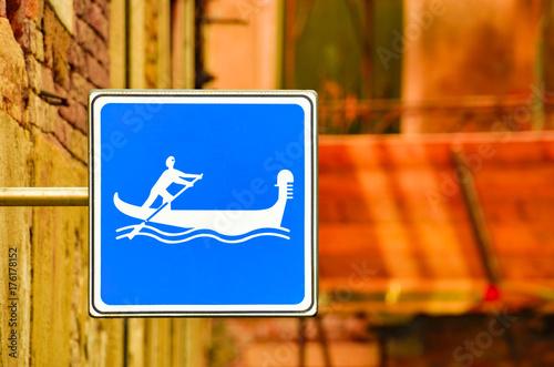 Obraz na dibondzie (fotoboard) Błękitny gondoli cannel znak w Wenecja, Włochy