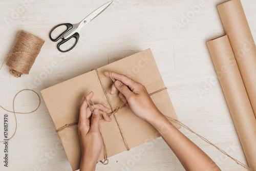 Fotografía  Man wrapping gift
