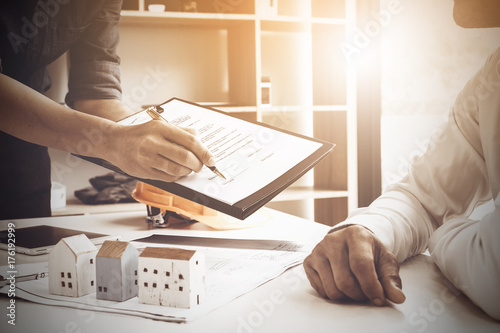 Fotografía  Close up of Business man pointing and signing agreement for buying house