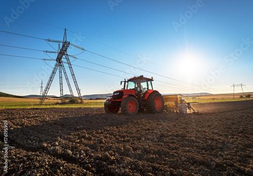 Zdjęcie XXL Rolnictwo ciągnika nasiewania ziarna i kultywaci pole.