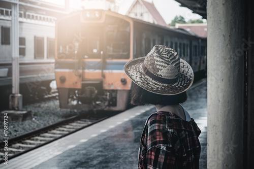 Plakat Letnie podróże, podróże hipsterami Czekają na pociąg przy pl