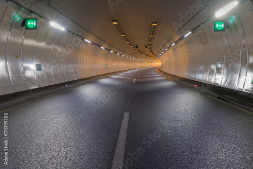 Fotobehang Luchthaven Bend in a road tunnel without traffic