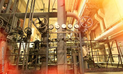 Zdjęcie XXL Strefa przemysłowa, stalowe rurociągi i kable